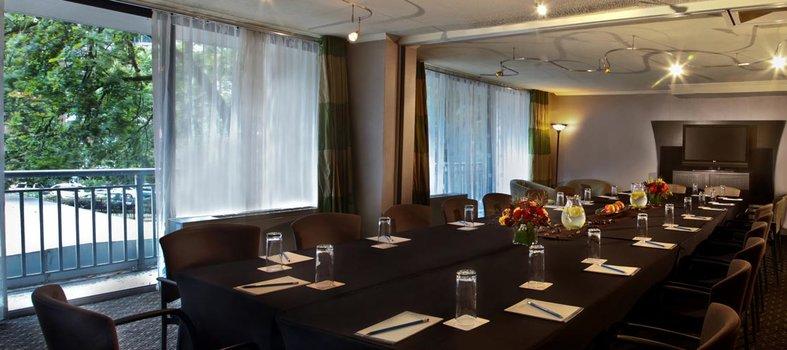 Kimpton Hotel Madera Mahogany Room: espacio para reuniones pequeño y ejecutivo en Washington, DC
