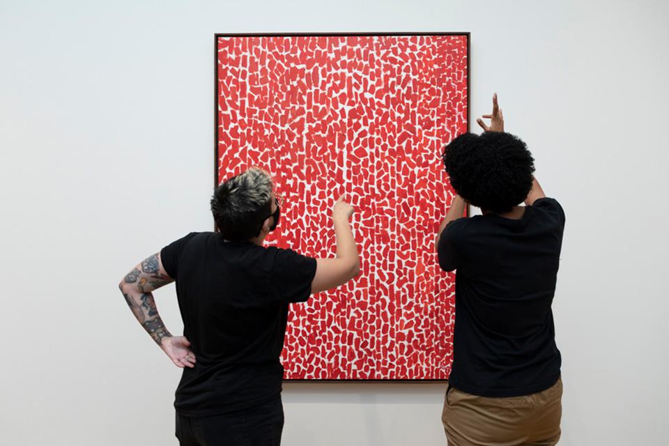 Besucher beschäftigen sich mit Alma Thomas Red Rose Cantata, 1973, Acryl auf Leinwand, National Gallery of Art