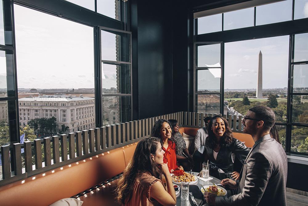 Gruppe auf dem Dach des Hotels