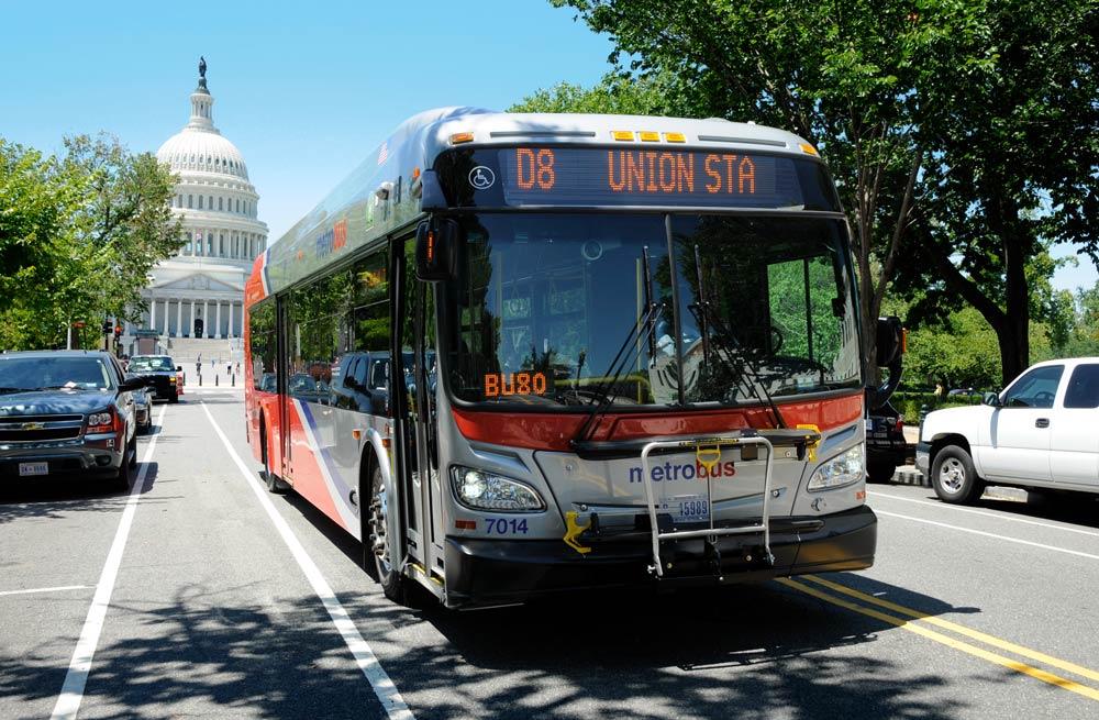 Washington, DC Metrobus mit Blick auf das Kapitol der Vereinigten Staaten - Möglichkeiten, sich in Washington DC fortzubewegen
