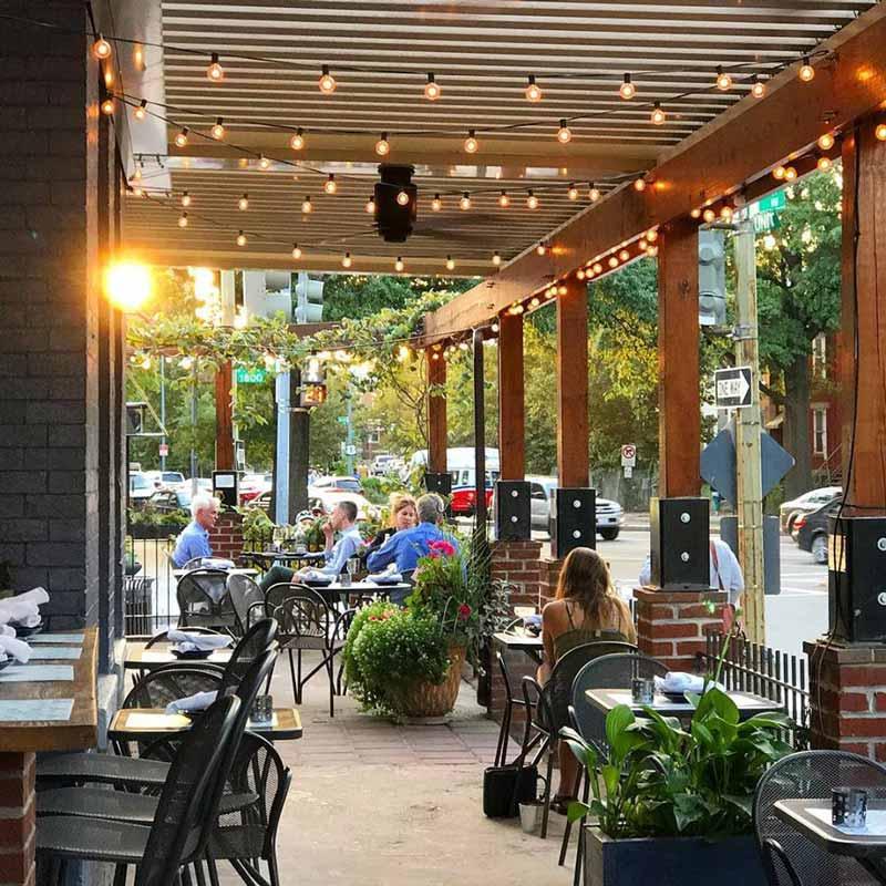 Comensales en Tyber Creek Wine Bar and Kitchen en el patio al aire libre: dónde comer y beber en el vecindario Bloomingdale de Washington, DC