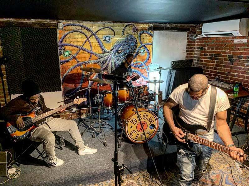 @grandfinaleupfront - Banda tocando en 7DrumCity en el vecindario Bloomingdale de Washington, DC