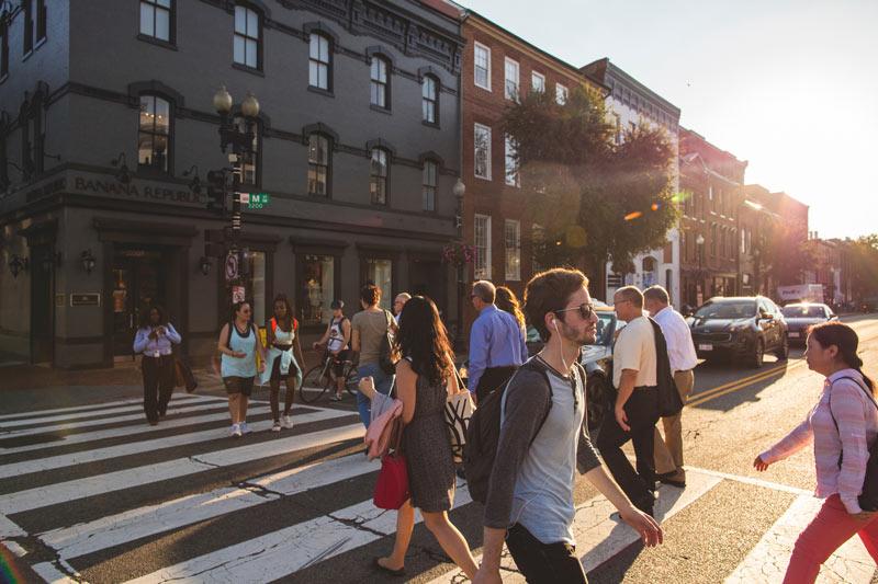 Zu Fuß über die M Street NW in Georgetown - Die besten Möglichkeiten, sich in Washington DC fortzubewegen