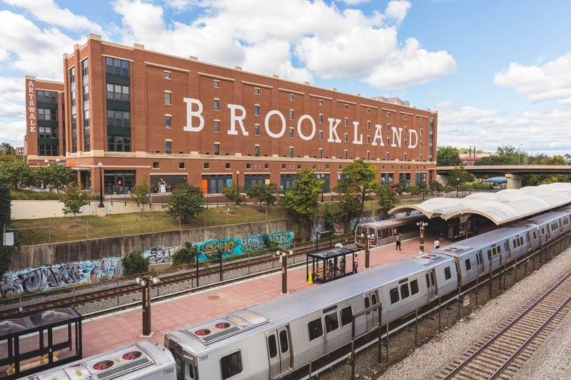 WMATA Metrorail-Zug an der Brookland Metro Station - Transportmöglichkeiten in Washington, DC