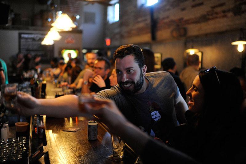 Tomando fotos en el restaurante y pub Boundary Stone: dónde comer y beber en el vecindario Bloomingdale de Washington, DC