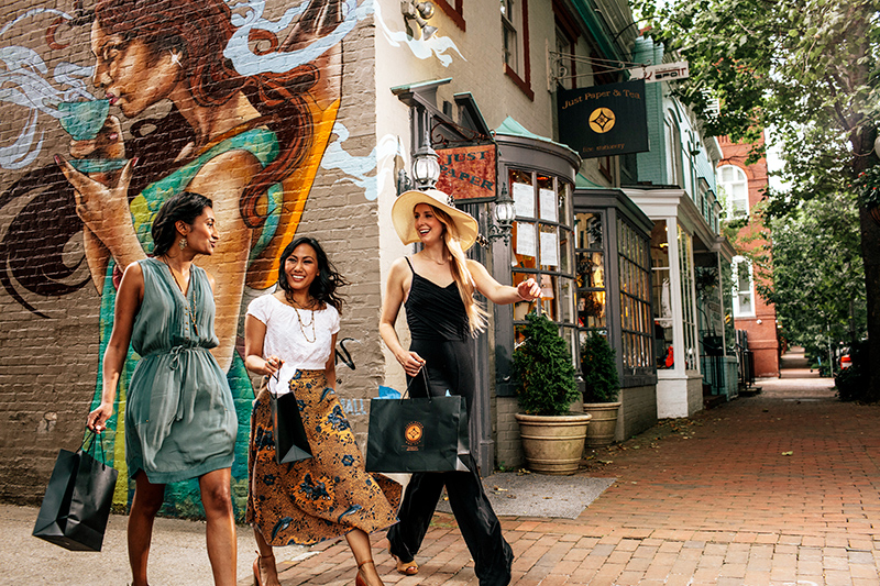 Friends shopping in Georgetown