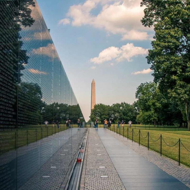 @brianjacobsphotography - Día soleado de verano en el Monumento a los Veteranos de Vietnam en el National Mall en Washington, DC