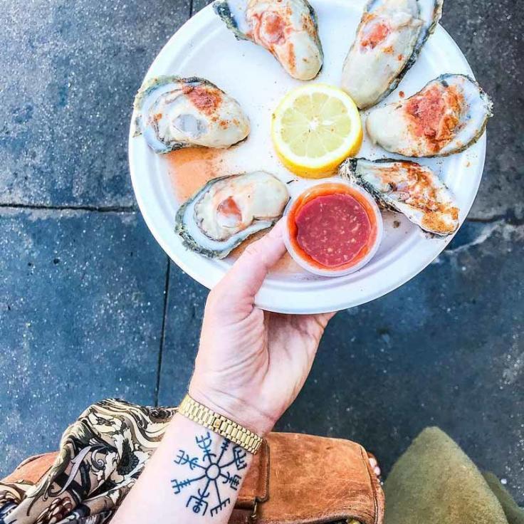 @chicvilleusa - Ostras frescas del mercado de pescado de Maine Avenue en el Southwest Waterfront - The Wharf en Washington, DC
