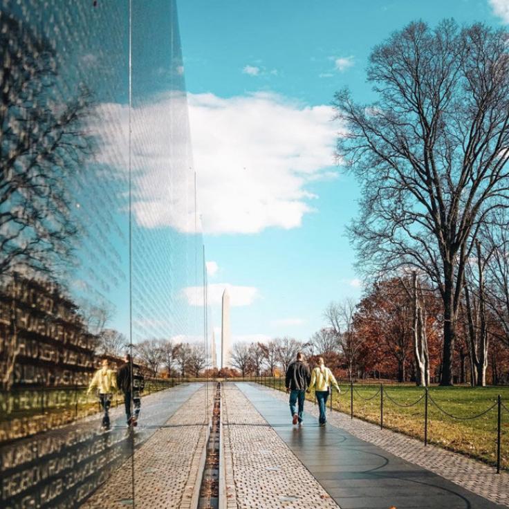 @dccitygirl - Pareja caminando por el Monumento a los Veteranos de Vietnam - Washington, DC