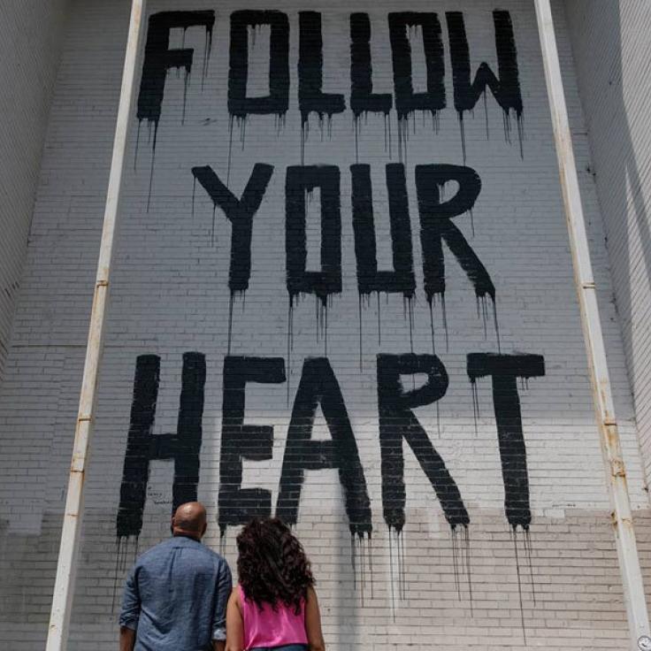 @eddieandpattyphotos - Pareja viendo el mural callejero Follow Your Heart en Union Market - Arte callejero en Washington, DC
