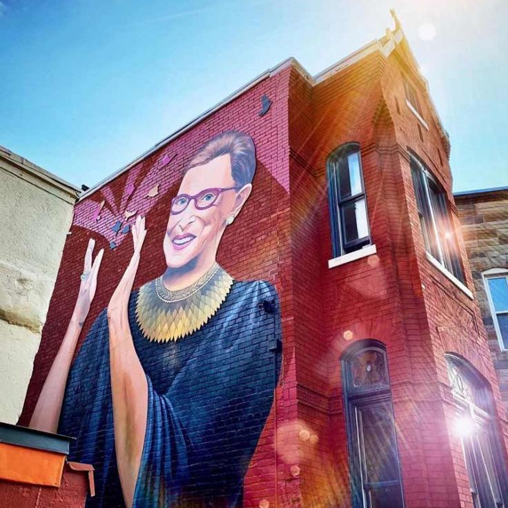 @housethacker - Mural callejero de la jueza Ruth Bader Ginsberg en el barrio de la calle U de Washington, DC