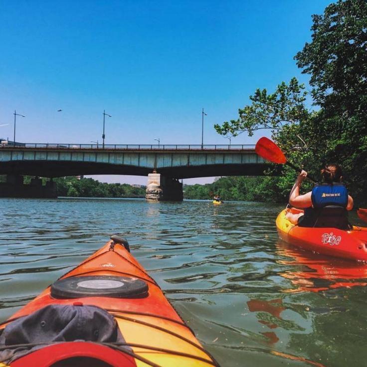 @jashleyfox - Bootfahren auf dem Potomac River in der Nähe von Roosevelt Island - Aktivitäten am Wasser in der Nähe von Washington, DC