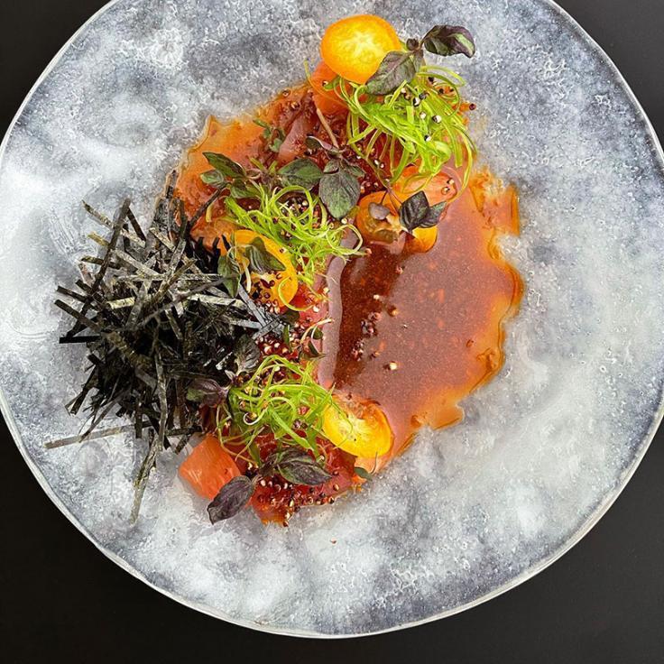 Teller mit Akami-Thunfisch mit Soja-Rayu, Kumquats und gepuffter Quinoa von Cranes, einem Restaurant, das auf spanische Kaiseki-Küche spezialisiert ist.