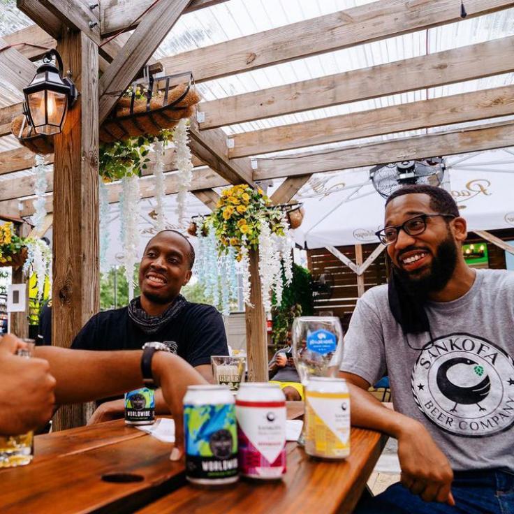 Lokale Brauer von Sankofa Beer Company trinken Bier in Midlands