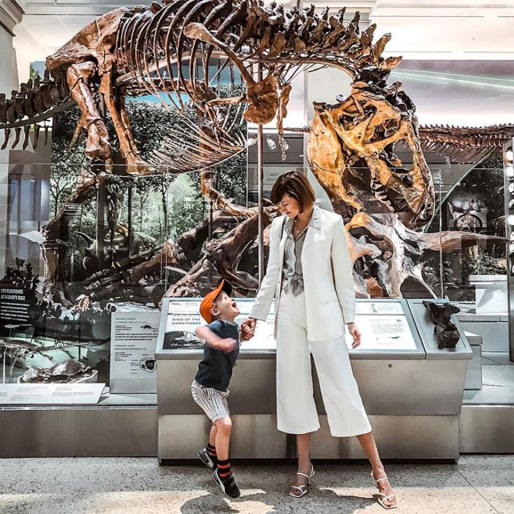 Mutter und Sohn stehen vor dem Dinosaurierskelett im National Museum of Natural History