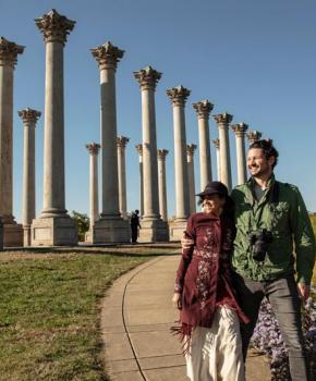 Couple en train de marcher près des colonnes du Capitole national à l'Arboretum national - Parc public et attraction à Washington, DC