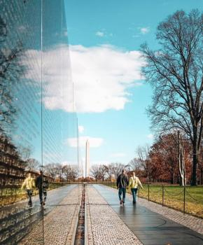 @dccitygirl - Couple walking past the Vietnam Veterans Memorial - Washington, DC