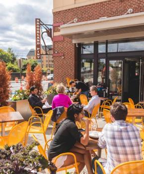 Comensales en el patio en Brookland Pint - Restaurante y bar en Brookland Washington, DC