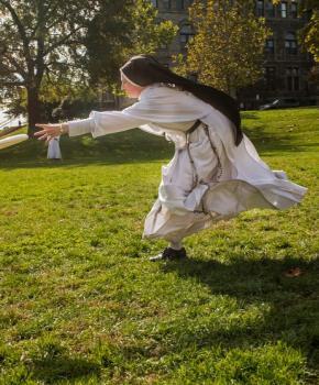 Monja jugando frisbee en la Universidad Católica - Washington, DC