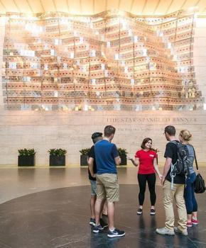 @washingtondcua - Reiseleiter mit Gruppe im Smithsonian National Museum of American History - Kostenloses Museum in Washington, DC