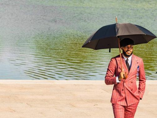 @ awphotos84_ - Hombre con paraguas cerca del centro comercial nacional