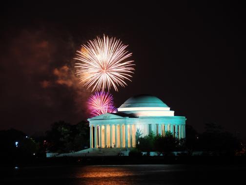 Thomas Jefferson Memorial con fuegos artificiales en el cielo nocturno