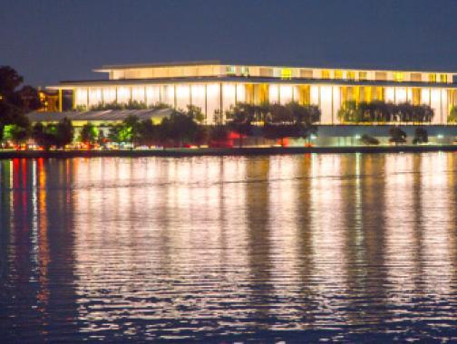 Blick auf das Kennedy Center vom Potomac River bei Nacht