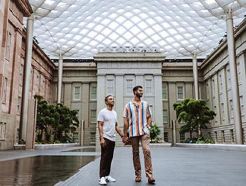 Pareja en el patio de la Galería Nacional de Retratos / Museo Smithsonian de Arte Americano