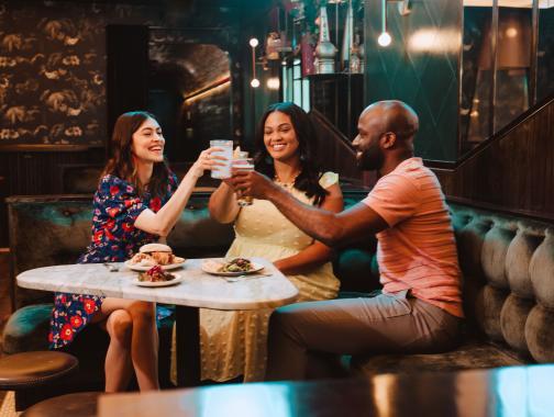 Freunde essen zusammen im DC Restaurant