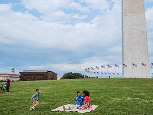 Familie beim Picknick in der National Mall