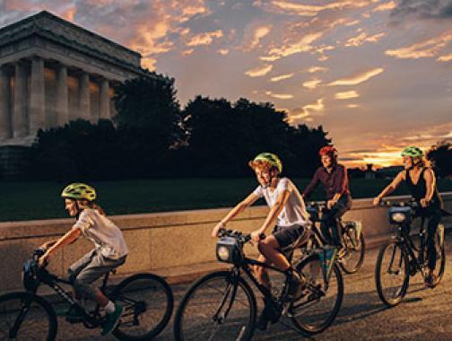 Bicicleta familiar frente al Lincoln Memorial