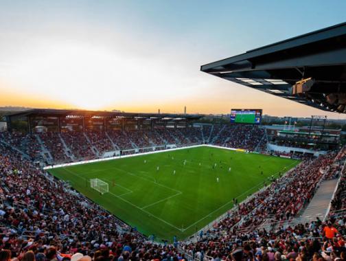 @dcunited - Audi Field bei Sonnenuntergang während eines professionellen Fußballspiels von DC United - Sportstätten in Washington, DC