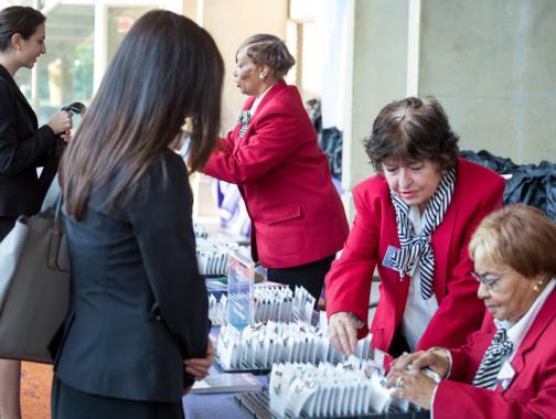 Destination DC Staffing Services redcoat que asiste a los asistentes a la reunión: soluciones de personal para eventos en Washington, DC