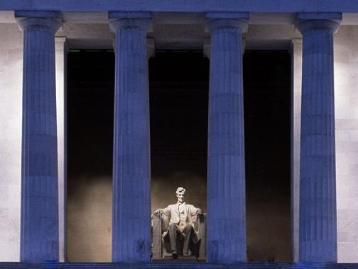 Columnas y estatua del Lincoln Memorial en la noche