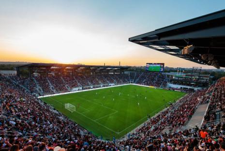 @dcunited - Audi Field al atardecer durante un partido de fútbol profesional del DC United - Instalaciones deportivas en Washington, DC